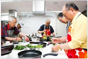 '요리하는 남자' 바람 타고 남성 어르신 요리교실 인기