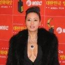 Q. 비, 청룡영화제 축하공연에서 왜 김혜수한테 꽃다발 선물했죠? 어제 청룡영화제...